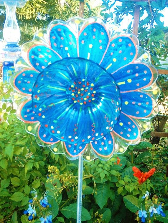 Funky yard art for your garden glass flowers made out of for Recycled glass flowers