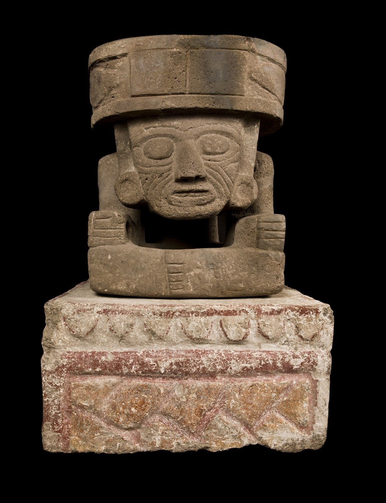 Altar tallado en bajorelieve con escultura del dios del for Piedra volcanica