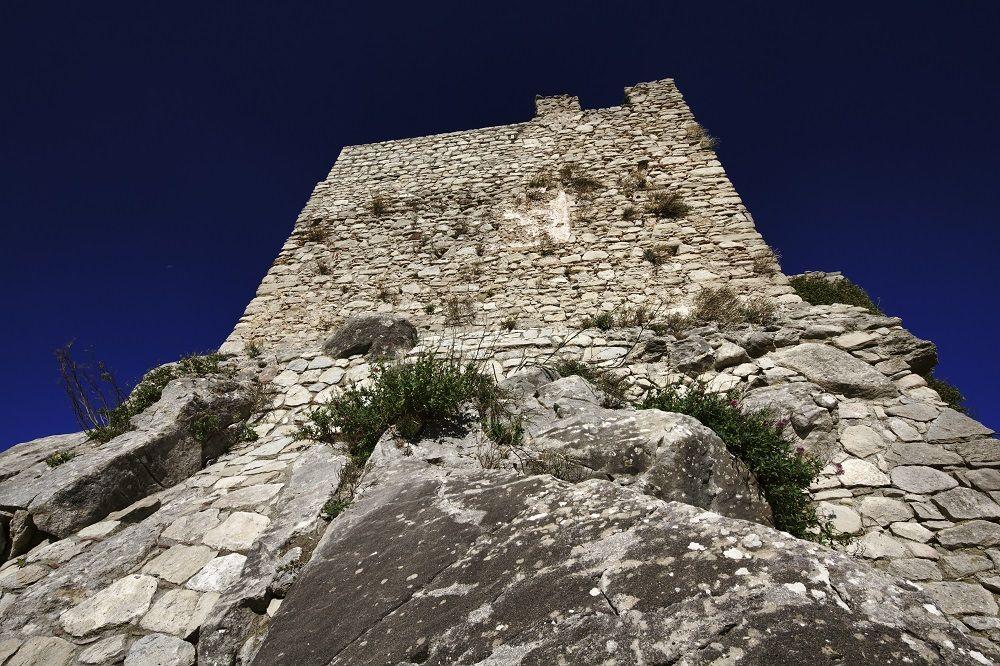 Montalbano Elicona, excellent place for the Arabs | Visit Sicily    #Sicily #MontalbanoElicona #borghipiubelliditalia Partiamo proprio da qui, dal Castello che fu costruito con funzioni difensive nel periodo della dominazione sveva aragonese. L'edificio subì numerose modifiche per volere di Federico II d'Aragona e diventò un vero e proprio palazzo reale, ricco di decorazioni esterne e di gioielli.