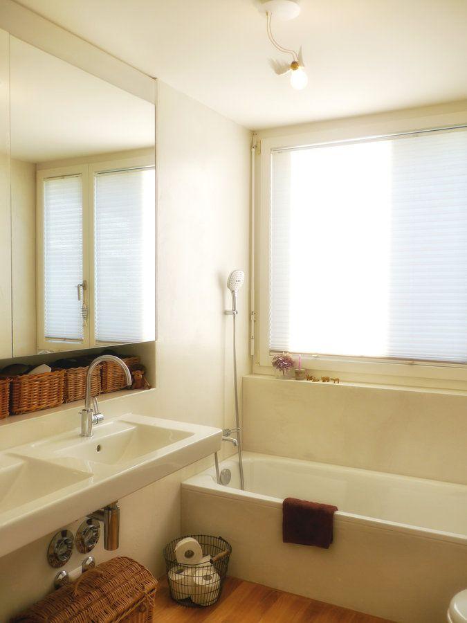 Badezimmer mit neuer Lampe und Korb