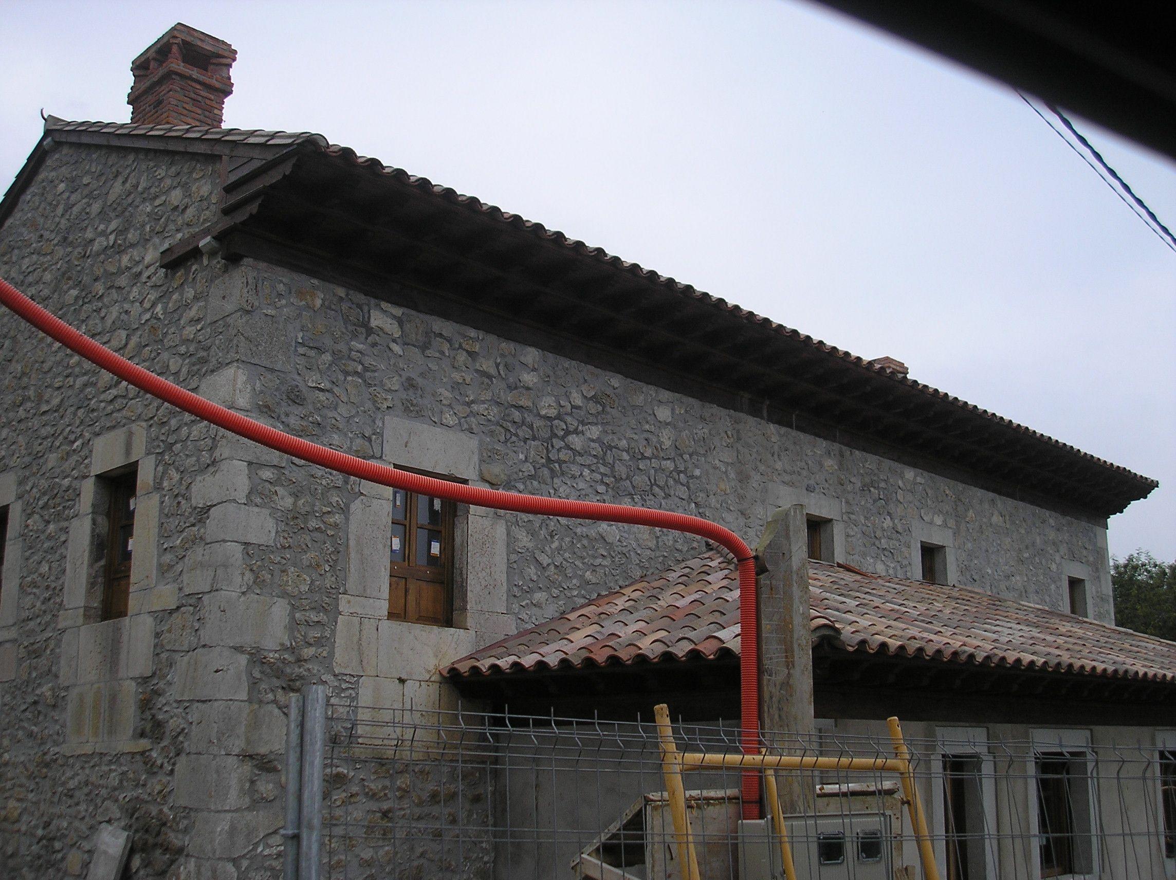 Tejado a dos aguas y tejadillo a 3 aguas en casa estilo for Tejados de madera a 4 aguas