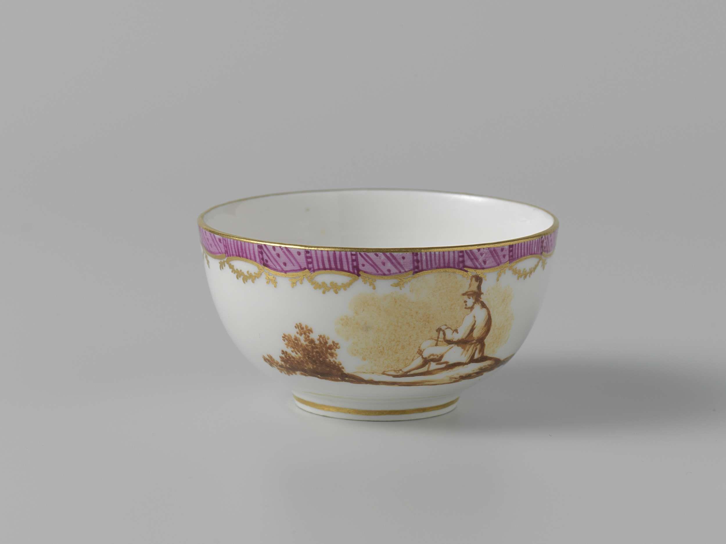 Manufactuur Oud-Loosdrecht   Tea service, Manufactuur Oud-Loosdrecht, c. 1774 - c. 1778   Theekop zonder oor van porselein. Beschilderd in sepia met figuren in een landschap. Langs de randen een lila fries tussen gouden biezen.