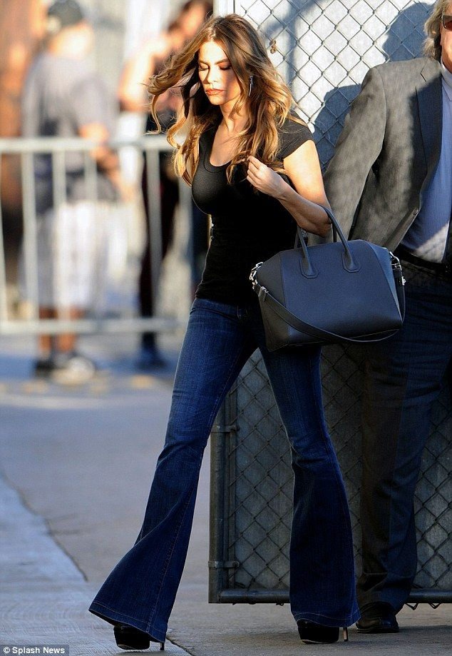 918cc5aec0c14 Sofia Vergara. This is exactly what I wear. Flared dark denim jeans and a  black tee. Yup