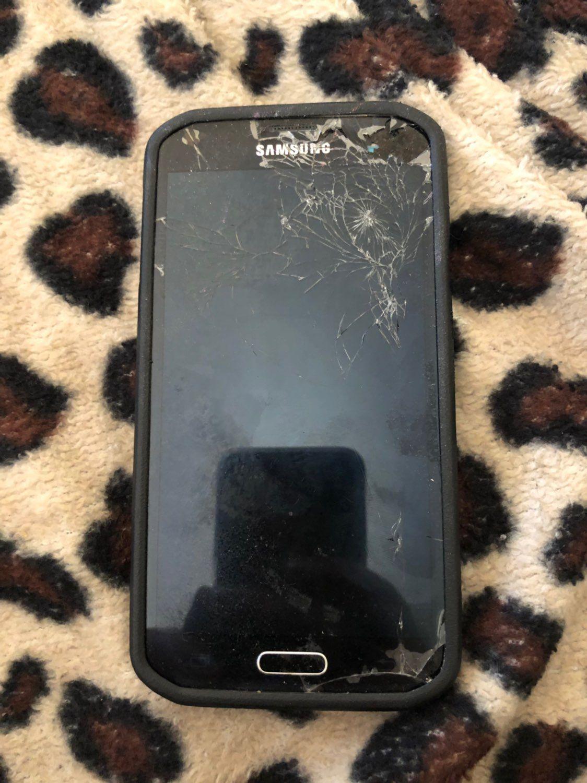 Badly cracked screen Verizon carrier Galaxy s5 Black