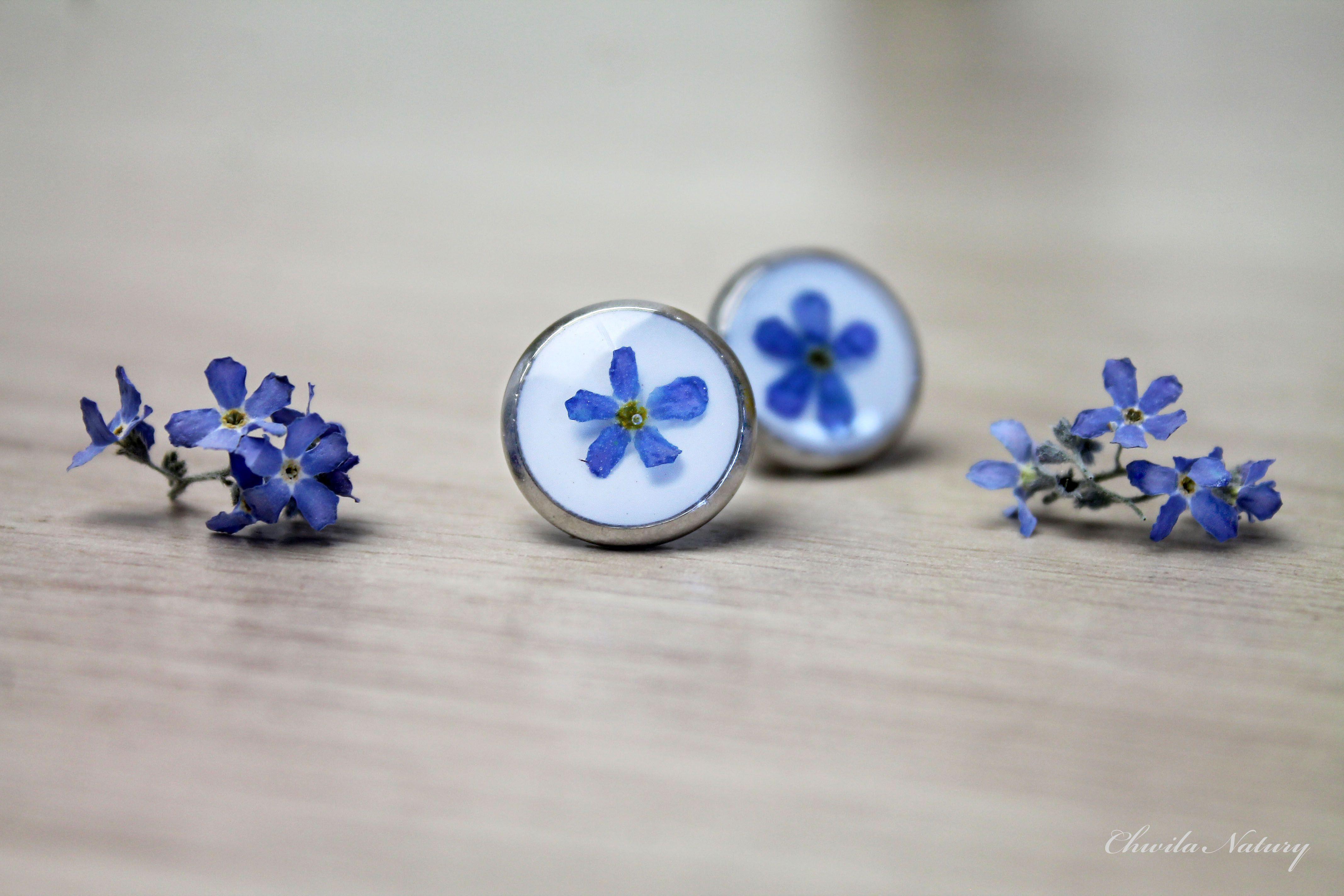 Delikatne Kolczyki Wkretki Wykonane Recznie Ze Stali I Zywicy A W Nich Prawdziwe Niezapominajki 3 Stud Earrings Jewelry Earrings