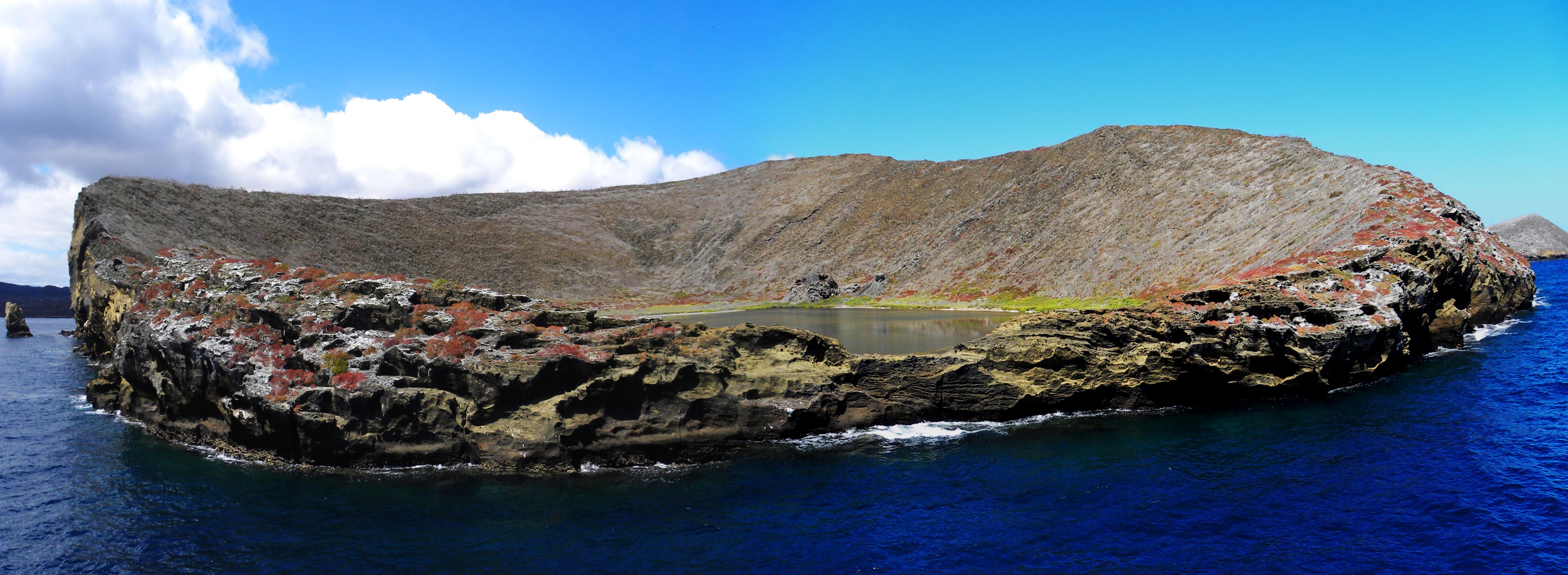 Rocas Bainbridge en Islas Galápagos, Ecuador. Una roca solitaria en medio del océano, posee una laguna de agua salada en su interior.