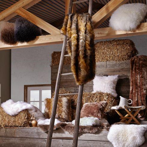 Kuschelig weiches Fellkissen in Braun - sorgt für Wohlbefinden zu Hause