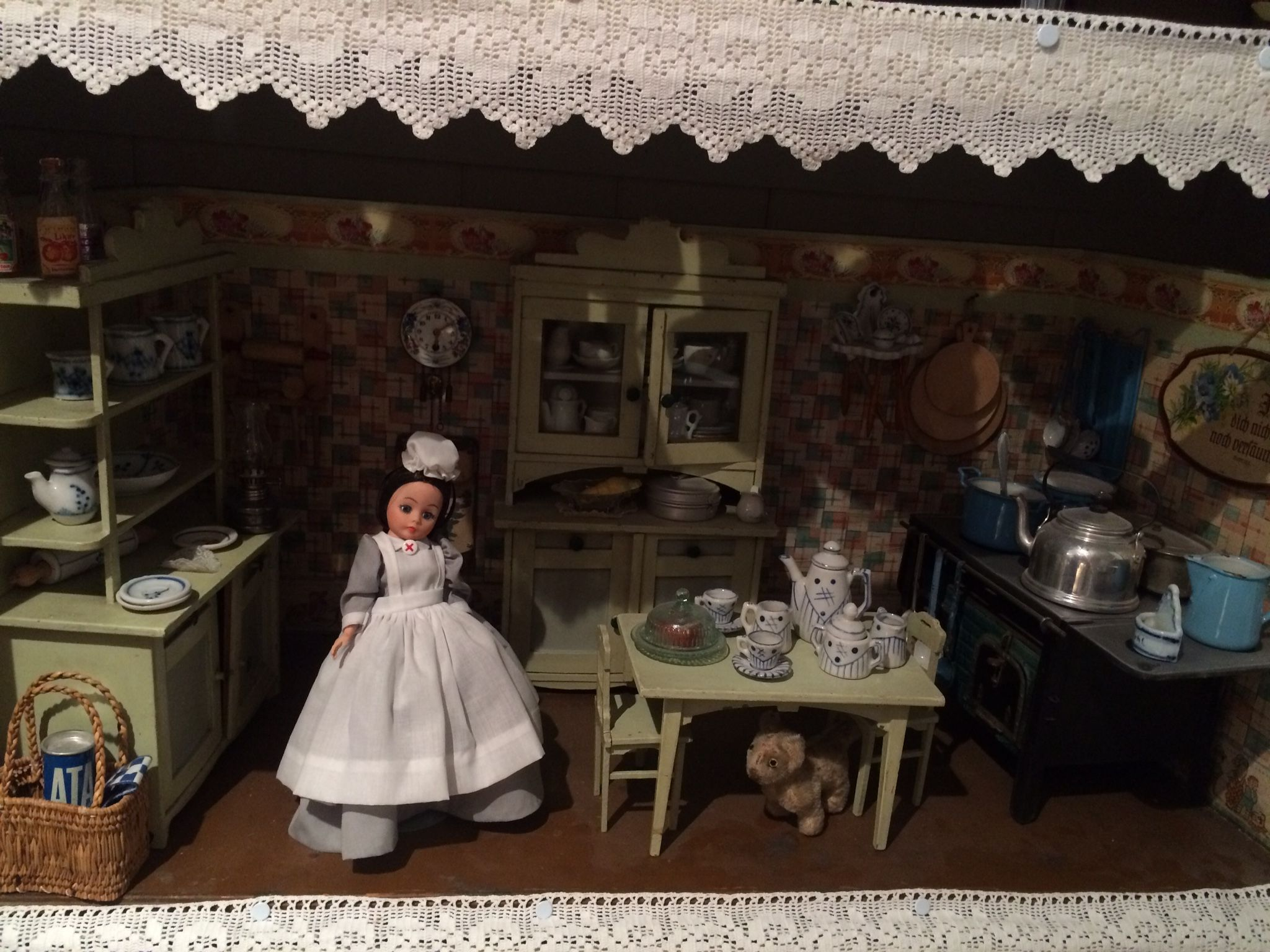 Puppenstube: antique doll kitchen with stove