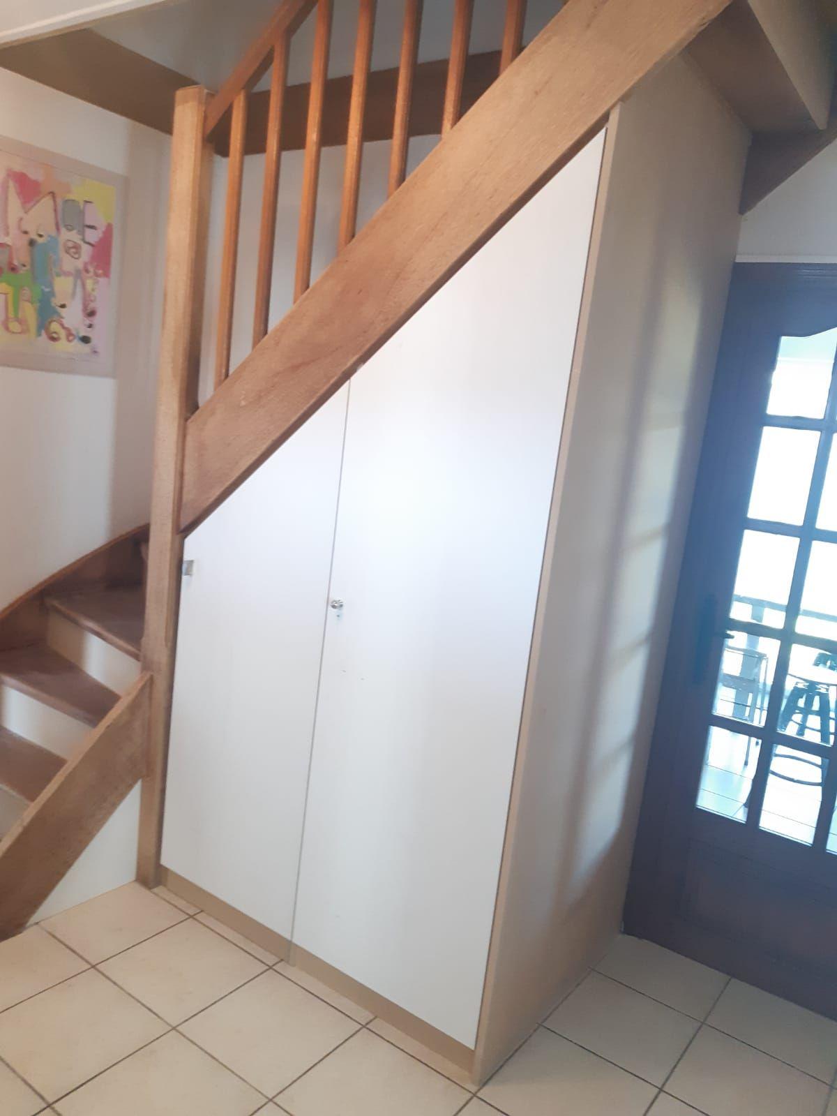 Amenagement Sous Escalier Avec Penderie Coulissante Kiosque Amenagement Amenagement Sous Escalier Meuble Sous Escalier Sous Escalier