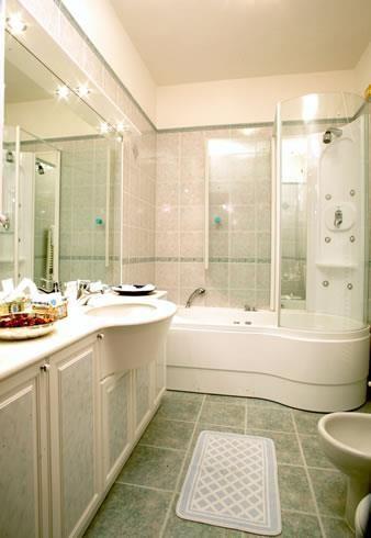 I nostri spaziosi bagni sono dotati di vasche idromassaggio e doccia con sauna. I nostri articoli di cortesia si prendono cura del Vostro benessere.....