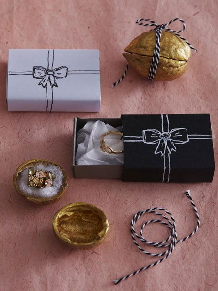 Hier kommen acht DIY-Ideen für eine festliche Geschenkverpackung zum Selbermachen. Jede Idee für sich wird ein Hingucker unter dem