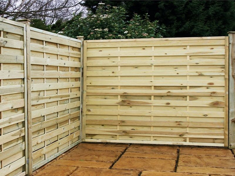 Beautify the Minimalist Living with Horizontal Wood Fence