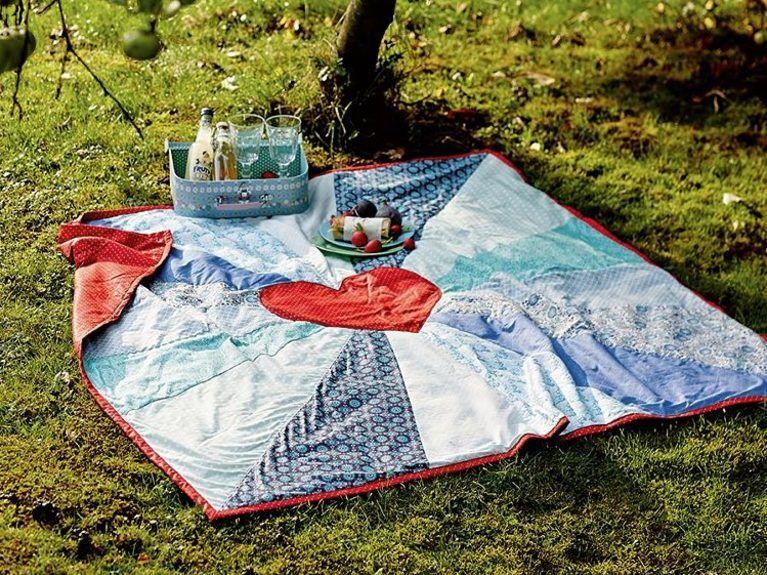 diy anleitung patchwork picknickdecke mit herz n hen via decken kissen. Black Bedroom Furniture Sets. Home Design Ideas