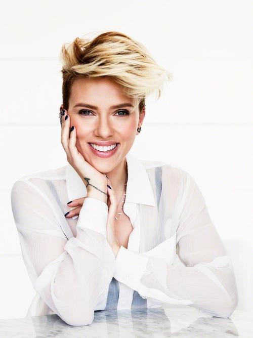Business Fotoshooting: Inspiration Pose für ein Fotoshooting in dem Deine Persönlichkeit rüber kommt, am Beispiel von Scarlett Johansson | Achte bei der Wahl Deines Fotografen darauf, dass er Dich und Dein Business versteht und beides in einem Bild perfekt vereinen kann, damit Du eine schöne und aussagekräftige virtuelle Visitenkarte erhältst. Businessfotografie Frauen. | für Dein Blog, Webseite oder Bewerbungsfoto