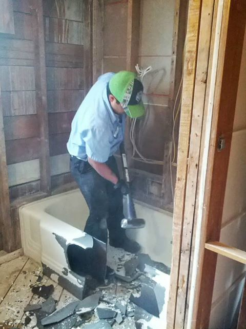 A True Professional Plumber Removing An Old Cast Iron Tub It May Not Always Be Easy But We Do It Right The First Cast Iron Tub Diy Plumbing Cast Iron Bathtub