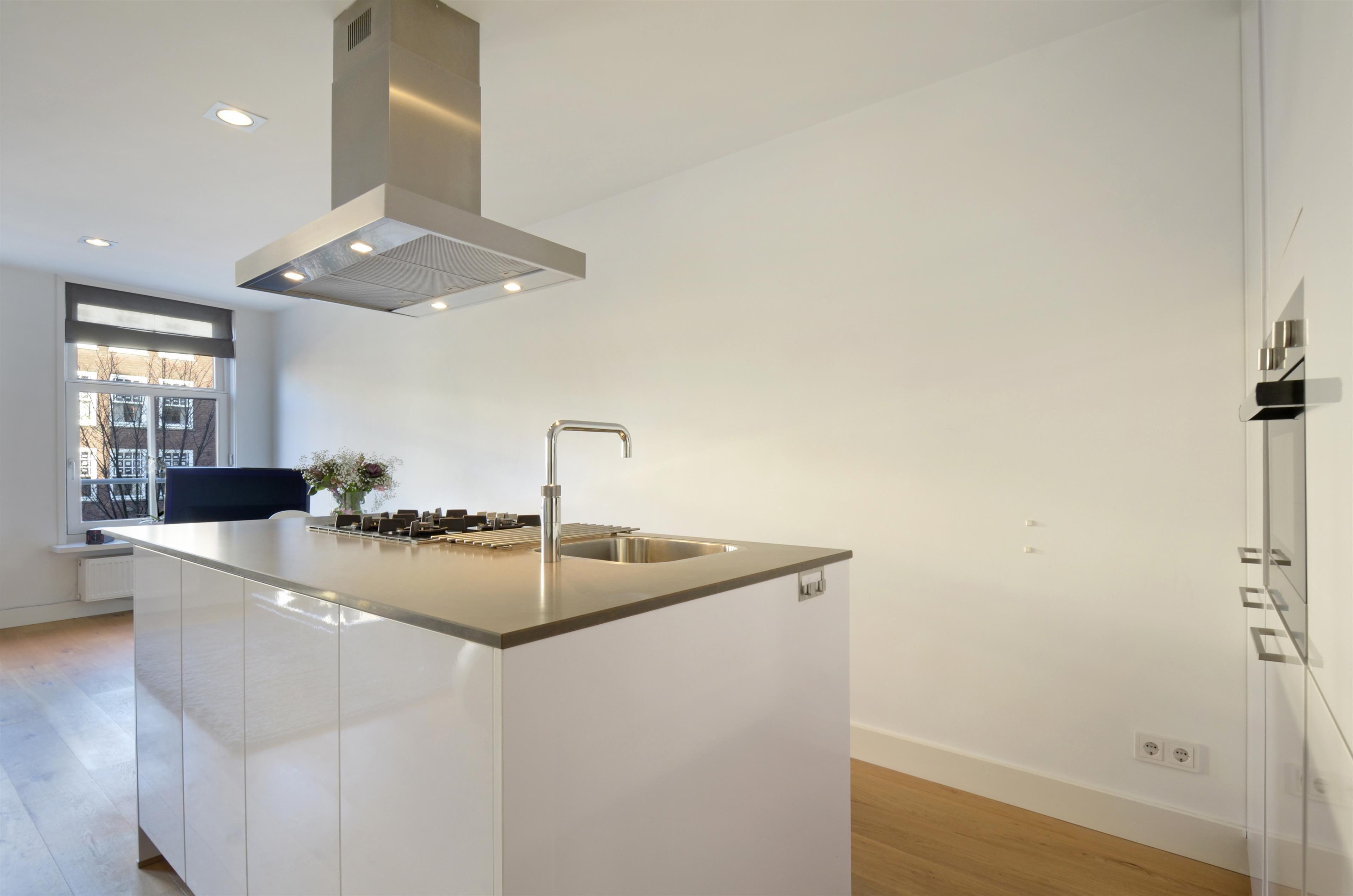 Ongebruikt Prachtige, strakke keuken met kookeiland en kastenwand. Ook in een GD-44
