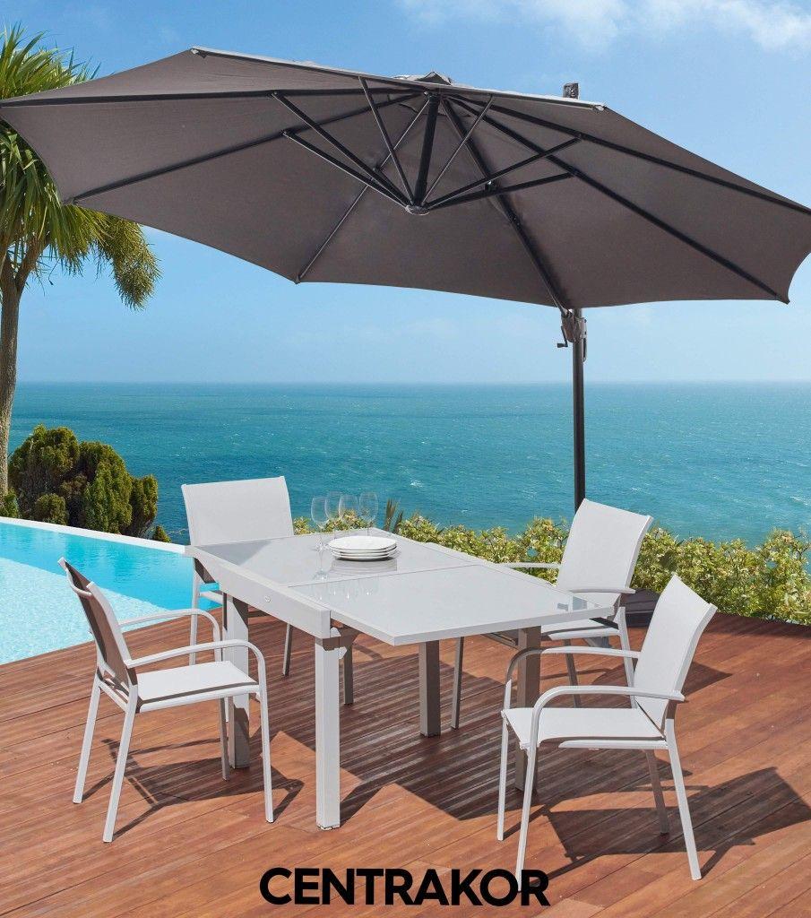 Une Terrasse Tendance Avec Cette Table Extensible Et Ce Parasol Deporte Super Pratique En 2020 Table Exterieur Parasol Deporte Table Extensible