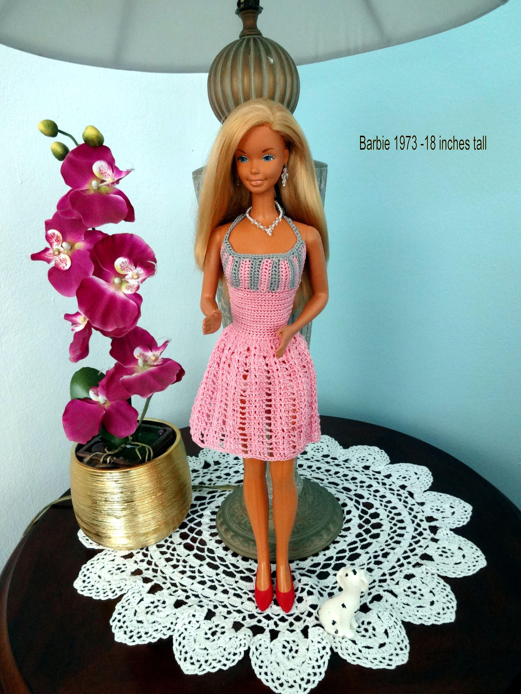 Esta Barbie es del 1973 y mide 18 pulgadas... le hice ese vestidito ...
