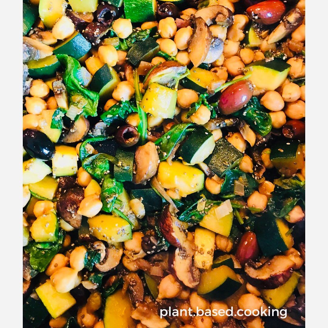 Easy way to start a week!! Zucchini, Chickpeas, Mushrooms, Black Olives and Spinach! Just one pan and no oil!! 😜 . .