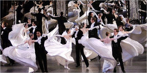 Who doesnt love viennese waltz? The dresses, gloves, tuxes. So elegant and elaborate. Love love love