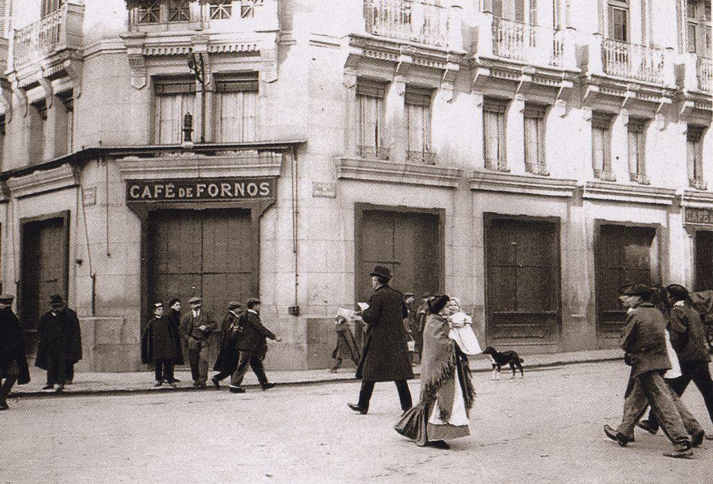 Café Fornos, en Calle Alcalá con Peligros, 1908.