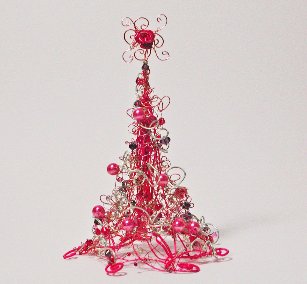 pink christmas tree hot pink wire christmas tree with pink pearls and light catching beads. Black Bedroom Furniture Sets. Home Design Ideas