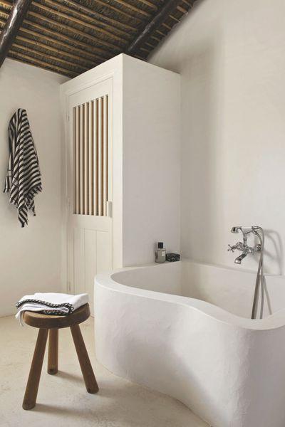 baignoire ondulante dans lune des salles de bains sur le tabouret de charlotte - Salle De Bain Charlotte Perriand