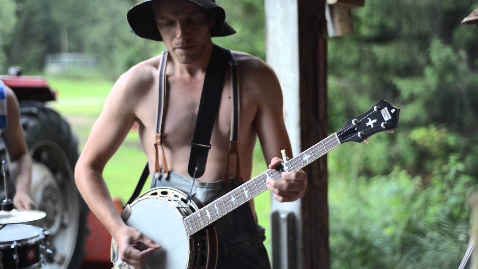 The Steve 'N' Seagulls Perform a Live Bluegrass Cover of AC/DC's