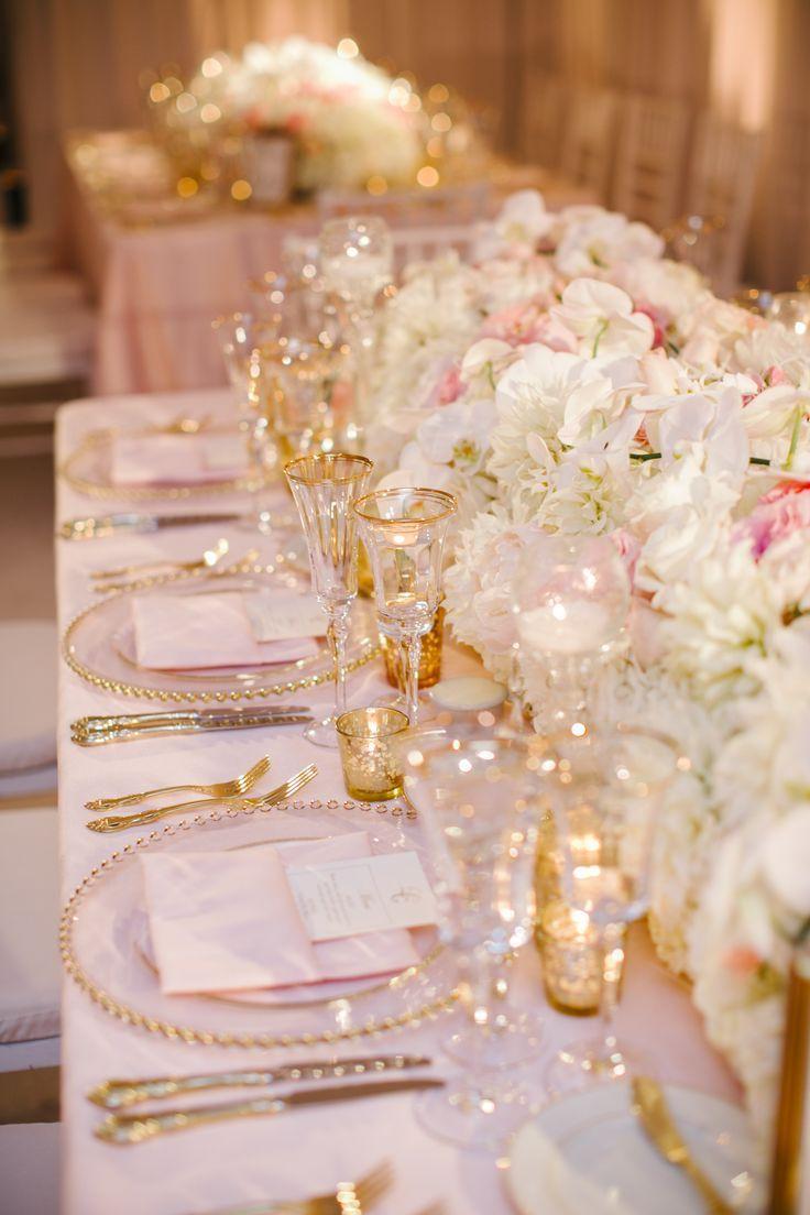 Leslie & Grant Hochzeit, zartes Rougethema, sich verjüngende Kerzen, geschliffenes Kristallglas, rosafarbene Bettwäsche, Glitzer, goldenes Besteck, Gläser mit Rand, super schick, los ... - #grant #hochzeit #kerzen #leslie #rougethema #verjungende #zartes - #new