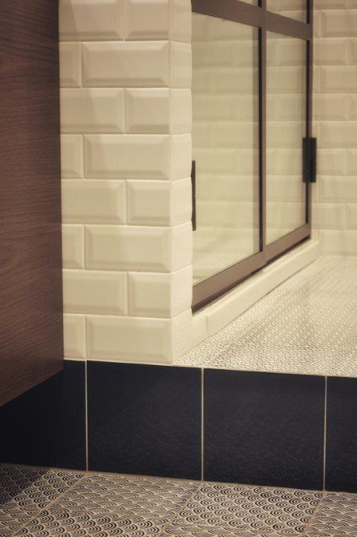 Pavimento con piastrelle 15x15 in cotto smaltate a mano di - Made a mano piastrelle ...