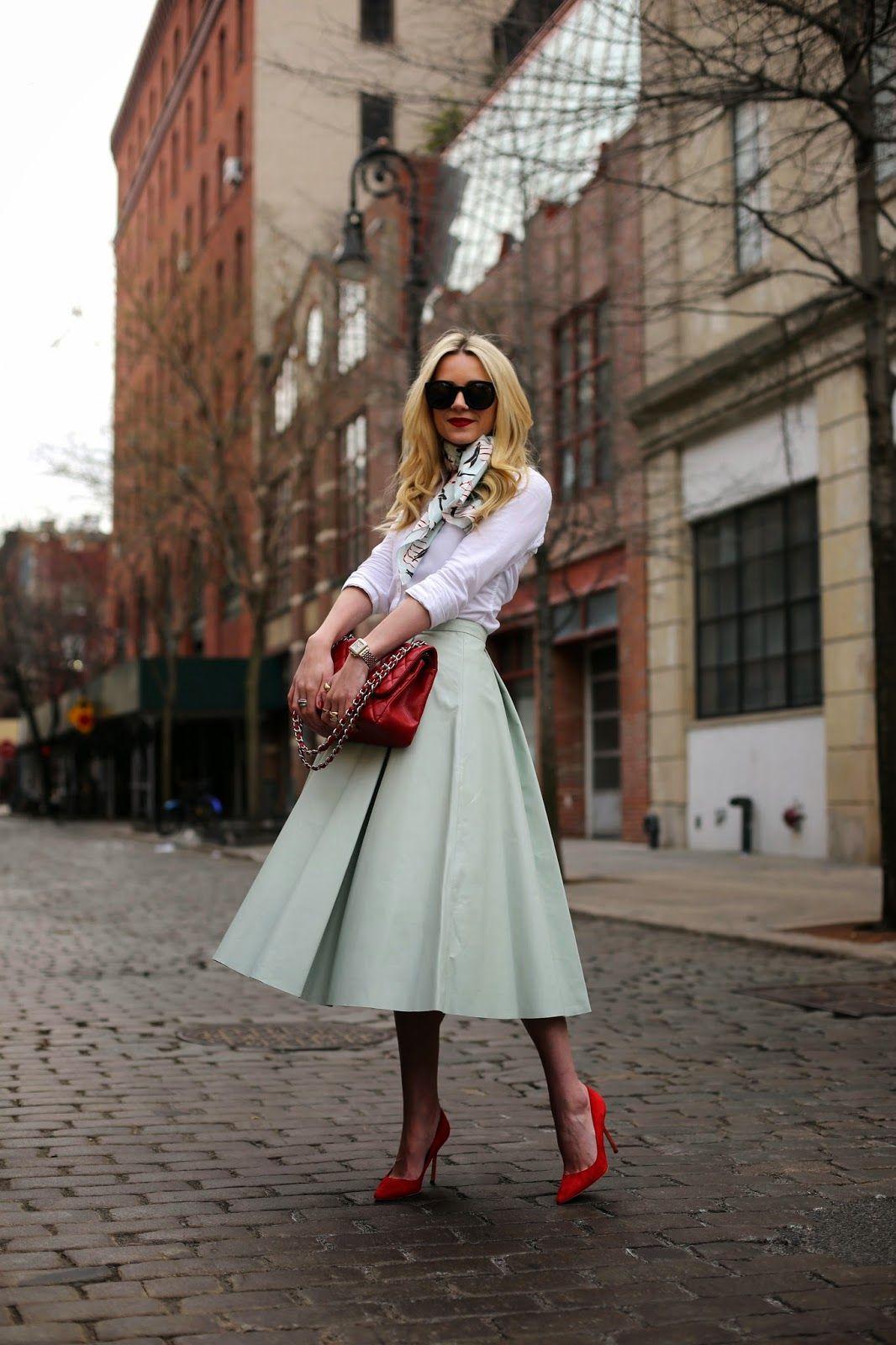 bellísima falda color menta, con zapatillas rojas, blusa blanca y perfecta combinación de mascada