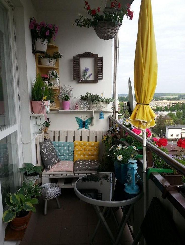 Sofa auf dem Balkon aus alten Europaletten - Kleiner Balkon Ideen #wohnungbalkondekoration