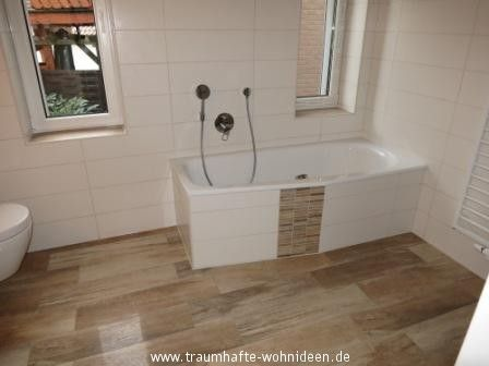 bad mit holzfliesen in holzoptik badezimmer bathroom. Black Bedroom Furniture Sets. Home Design Ideas