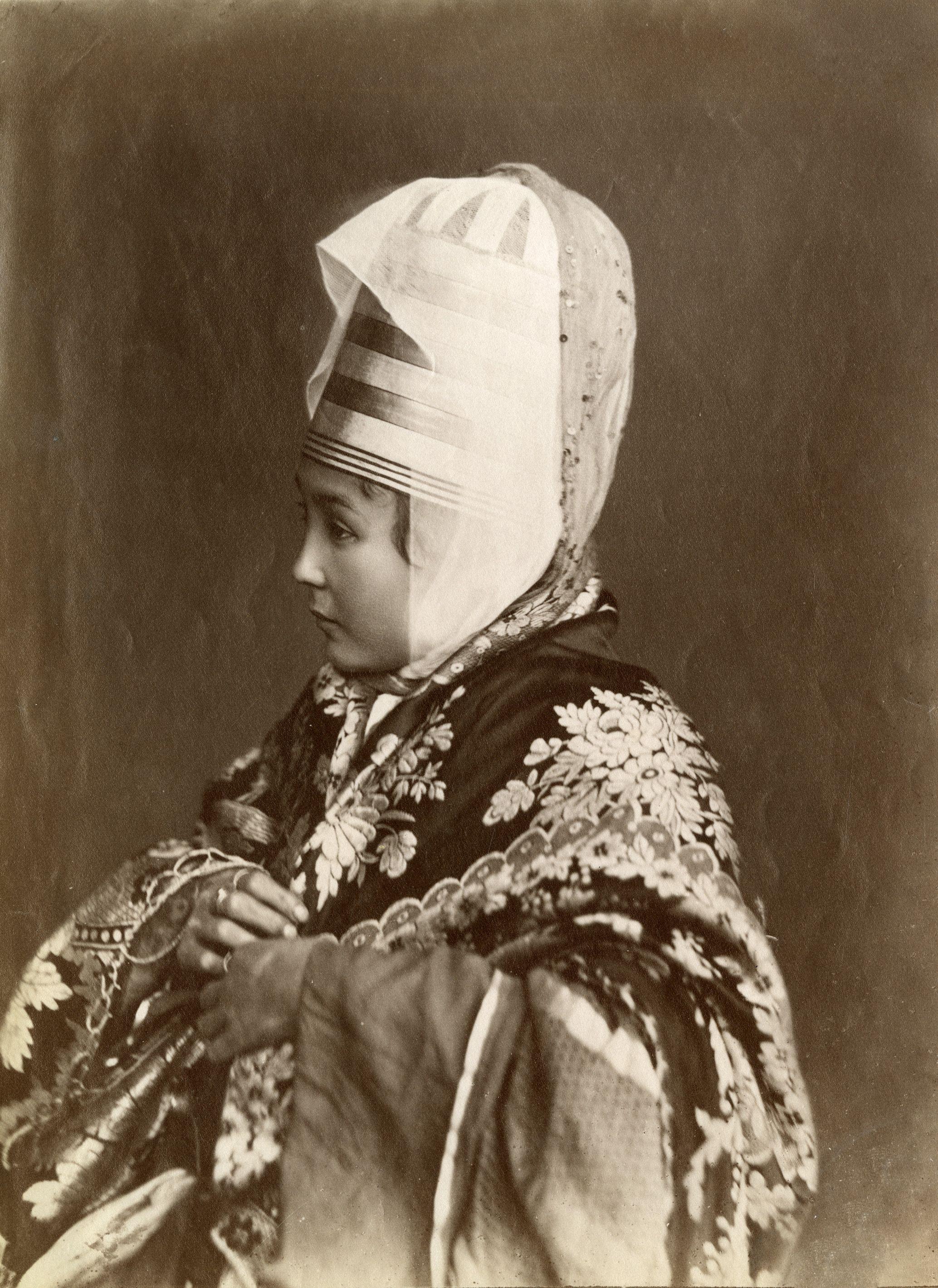 Девушка в национальном костюме и парадном головном уборе ...
