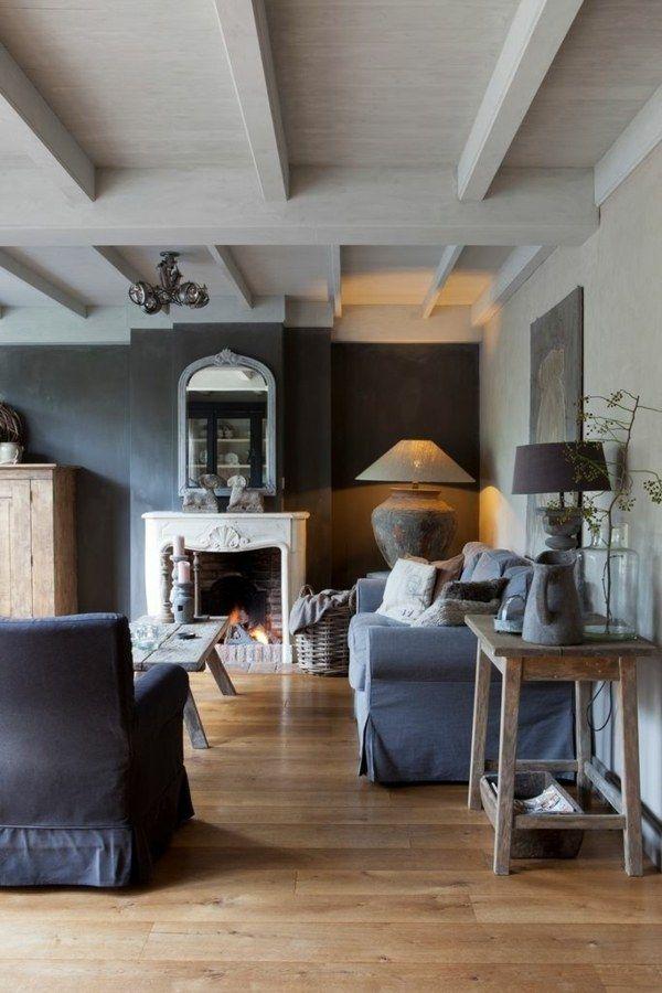 Dunkelgraue Wand Mit Eingebauter Kamin Holztisch Und Zwei Tischlampen