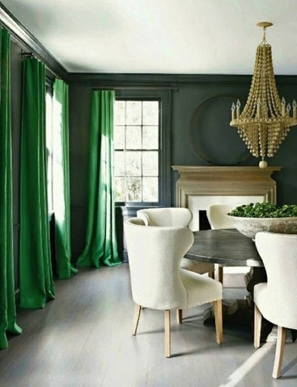 interior farben smaragdgrün weiß sofa kronleuchter | grüne wand, Innedesign