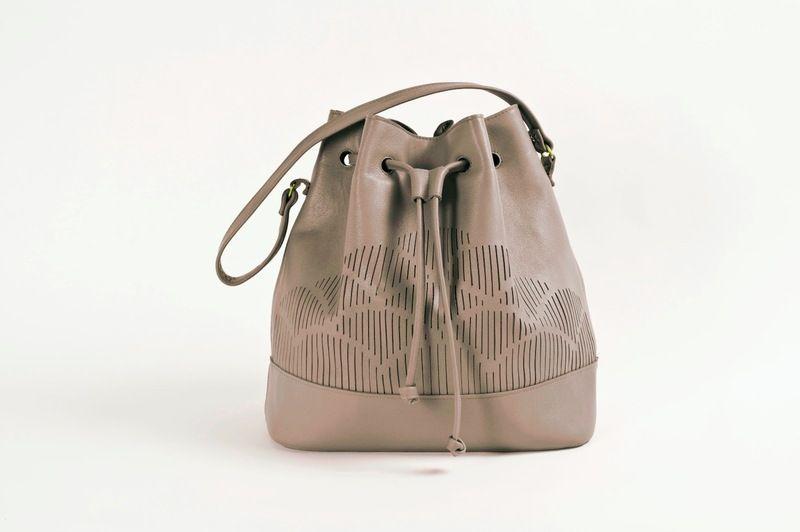 fd2c9dba6b34c Tasche aus Leder mit Muster    cut out leather bag via DaWanda.com