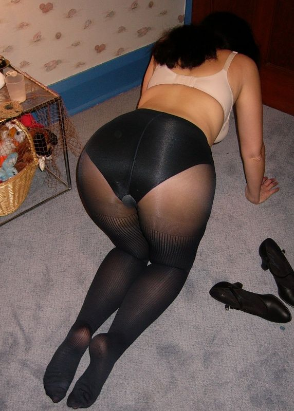 do women wear panties under pantyhose