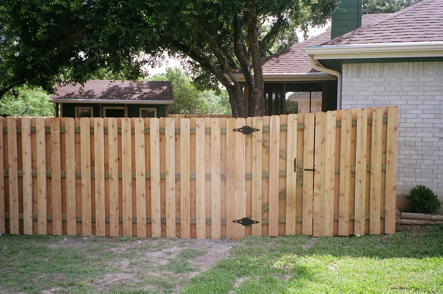 Staggered slats dog fence ideas pinterest fences for Diy fence gate designs