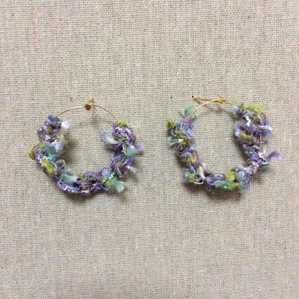 直径約3.5cmのフープピアスを使用しています☺︎ふんわり可愛い春にぴったりなアクセサリーです☺︎|ハンドメイド、手作り、手仕事品の通販・販売・購入ならCreema。