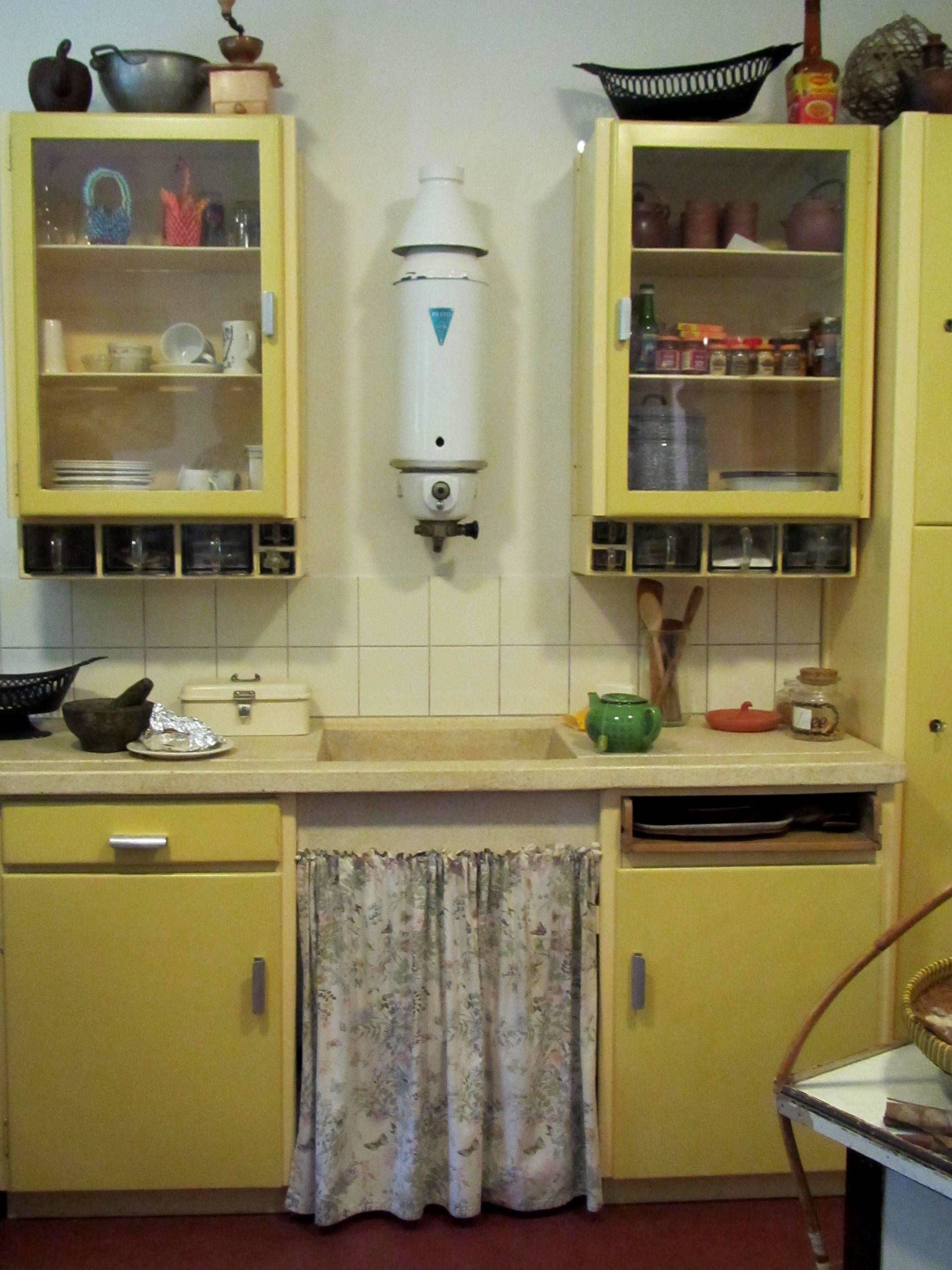 Dutch kitchen mid 1900s holland in just one day authentic buildings and objects in the - Vintage keukens ...