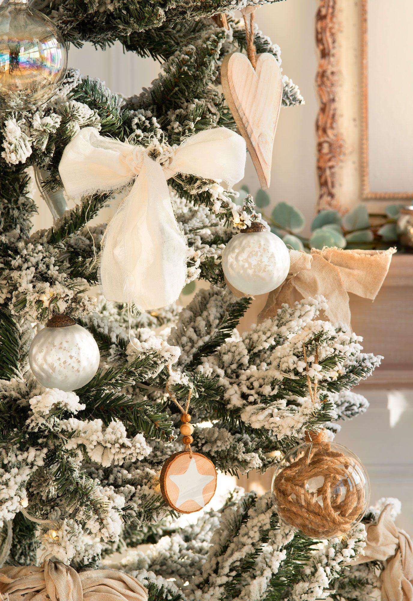 Detalles de adornos navideos en blanco madera y cristal