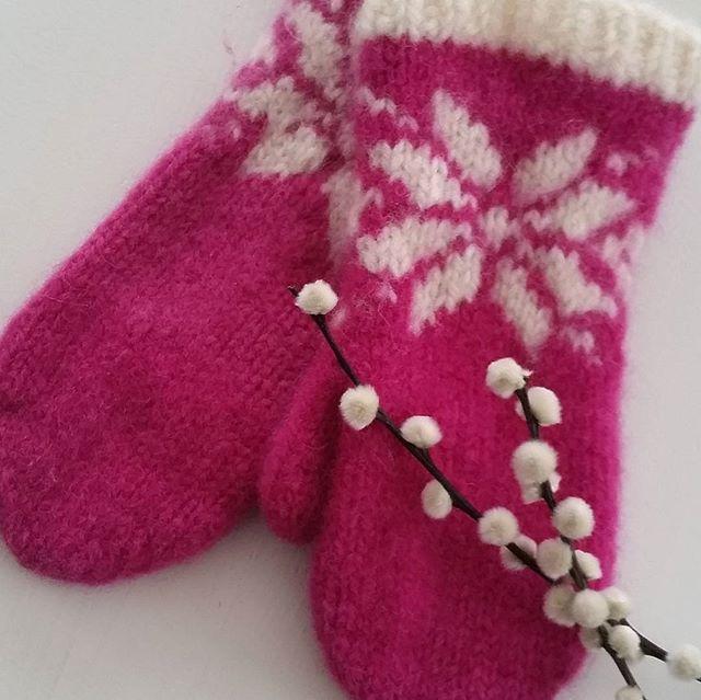 Nok et vottepar  er ferdig og jeg er ennå ikke gått lei. Denne gangen har jeg  strikket  et annet mønster , så forandring fryder  #votter #strikkevotter #strikking #strikkedilla #strikkeglede #fritidsgarn #tovavotter#mittens #knittinglove #knitting #loveknitting #instaknit #madebyme #DIY #håndstrikket