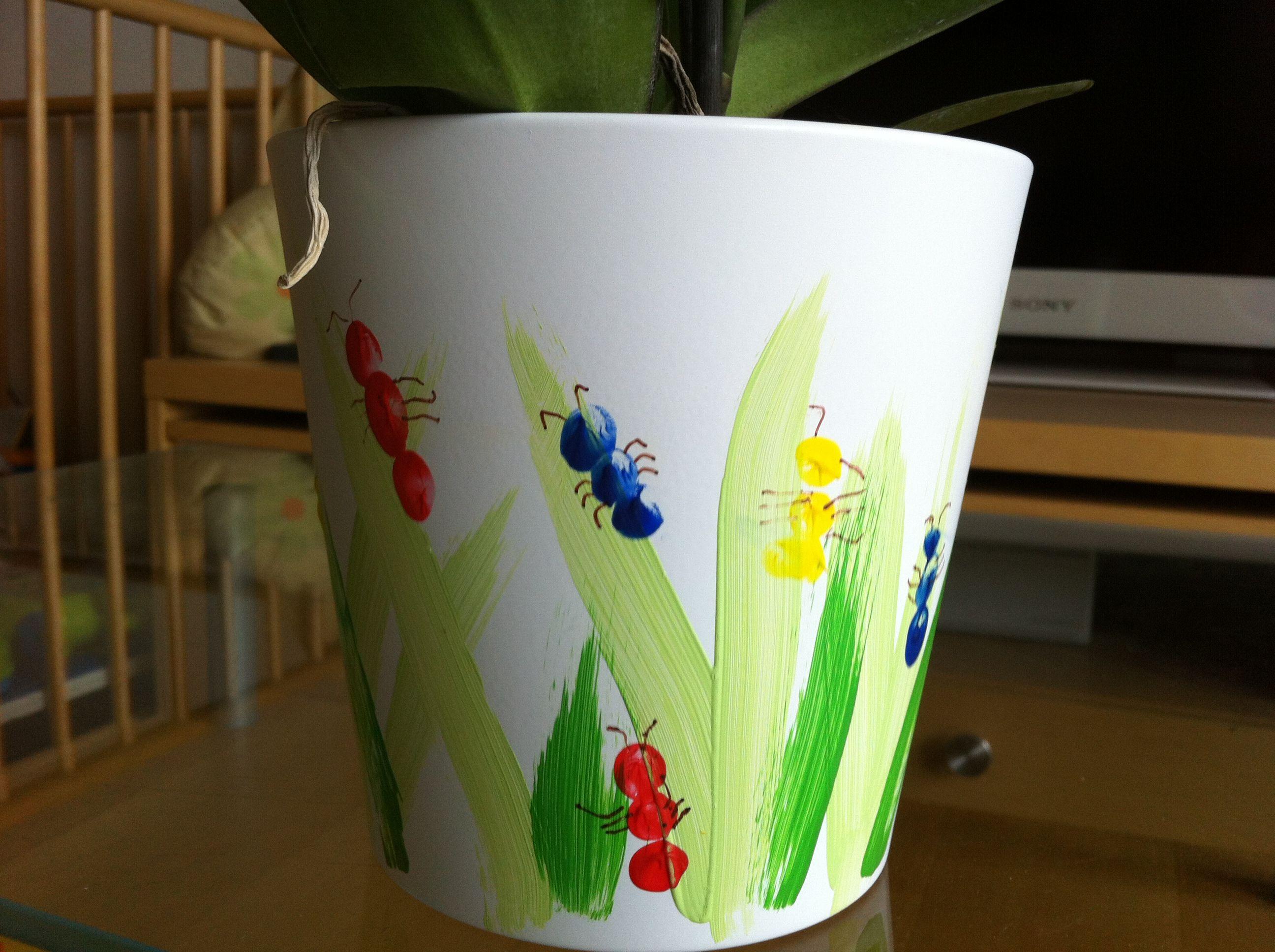 pot de fleurs d cor avec des fourmis faites avec les empreintes de doigts cadeaux planter. Black Bedroom Furniture Sets. Home Design Ideas