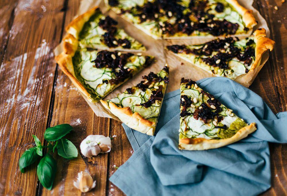 Vegan pizza met pesto en courgette. Pizza met lekker veel groente. Weer een lekker recept van een van de bloggers uit de pizza-estafette.