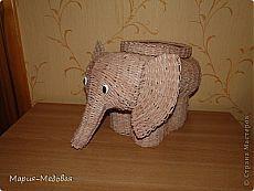 слоник, плетенный из газетных трубочек.