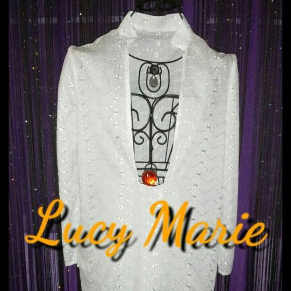 Cover up White cover up in embroidered fabric. You can wear for any sport ocacion in this summer but perfect for the beach. Dresses