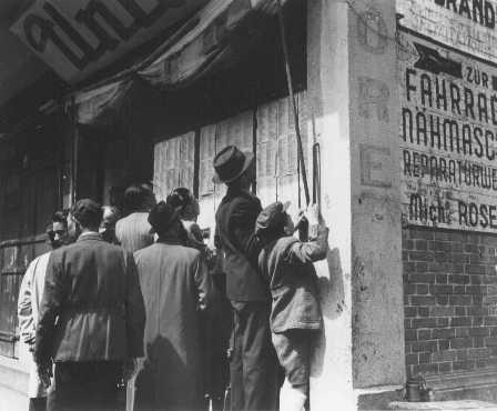 Refugiados judeus em Xangai procurando encontrar nas listas os nomes de amigos e familiares que porventura houvessem sobrevivido à Guerra. Enquanto esperam por suas repatriaçõs, aqueles deslocados de guerra ficaram sob a proteção da Administração das Nações Unidas para Assistência e Reabilitação. China, 1946.