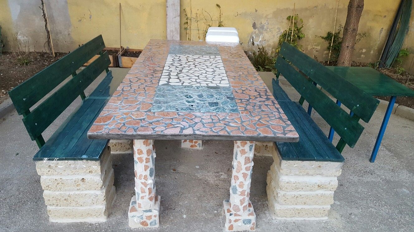 Tavolo con pietre di marmo e panchine con materiale da riciclo