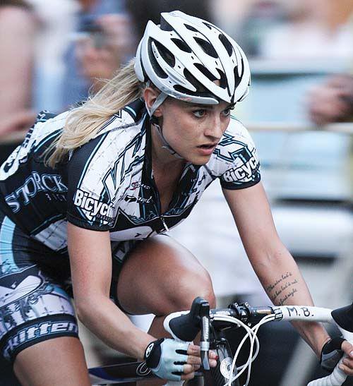 Cauta? i femeia Cyclist.